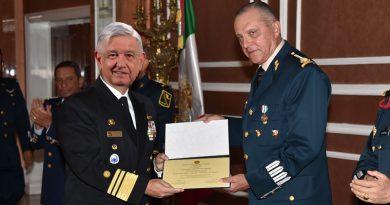 Recibe el General Cienfuegos medalla al Valor y la Honestidad.